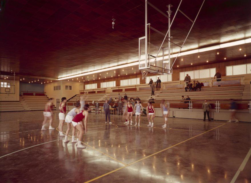 Aspecto de las instalaciones deportivas de Landázuri tras la sustitución de las piscinas por una cancha de baloncesto a comienzos de la década de los setenta.