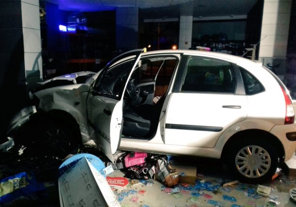 Un vehículo se empotra contra una tienda en la Rotonda de la Antonia