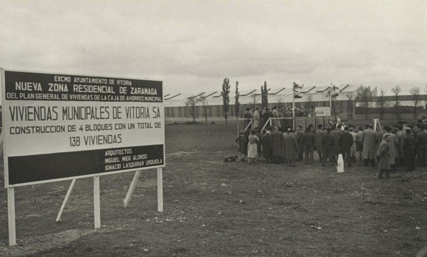 Autoridades colocando la primera piedra del barrio. 1 de mayo de 1959. Al fondo pabellones de Forjas Alavesas. Fondo Fundación Sancho el Sabio.