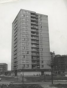 Torre de Zaramaga, construida en 1966 por los arquitectos Manuel Barbero e Ignacio Lasquíbar. Fondo Fundación Sancho el Sabio.
