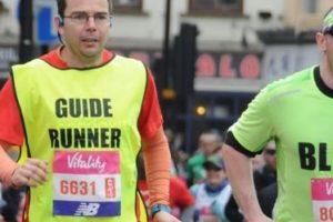 Víctor, un vitoriano ciego, correrá la Maratón de Munich por un fin solidario