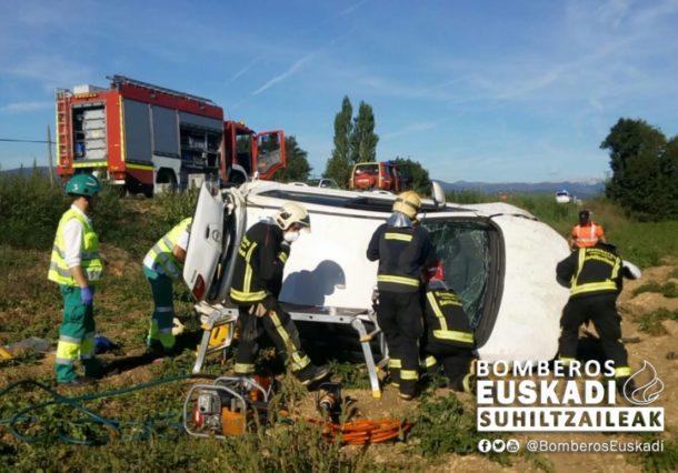 Tres heridos al volcar un vehículo en Matauco