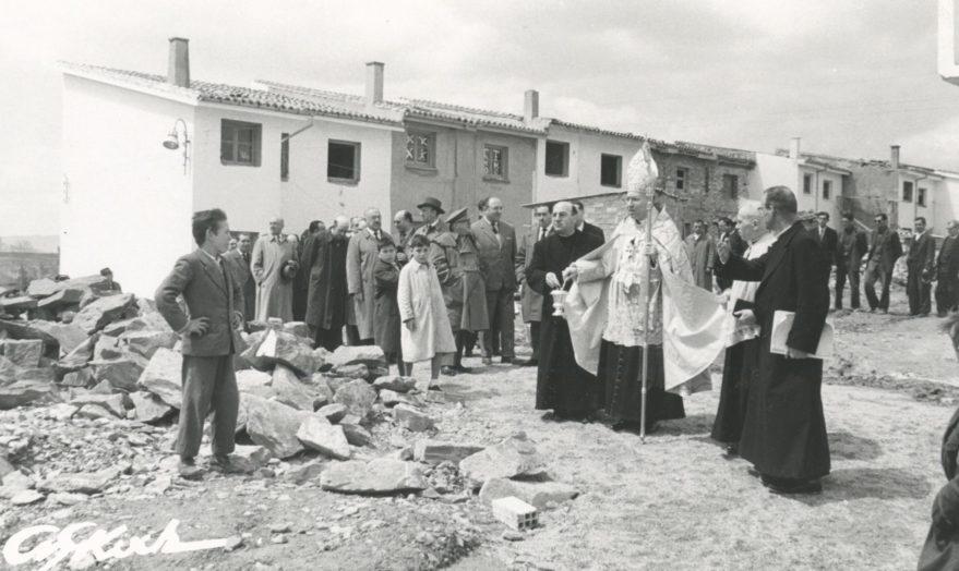 Autoridades el día de la entrega de viviendas el 1 de mayo de 1959. Fondo Fundación Sancho el Sabio.