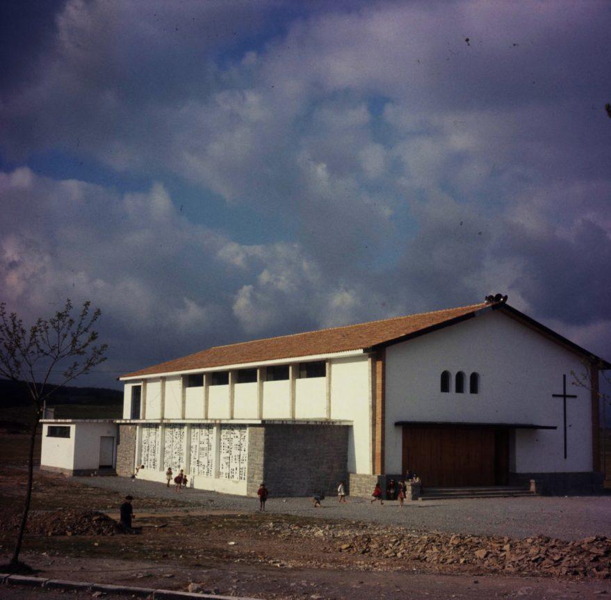 Aspecto de la iglesia del barrio. Fondo Fundación Sancho el Sabio.