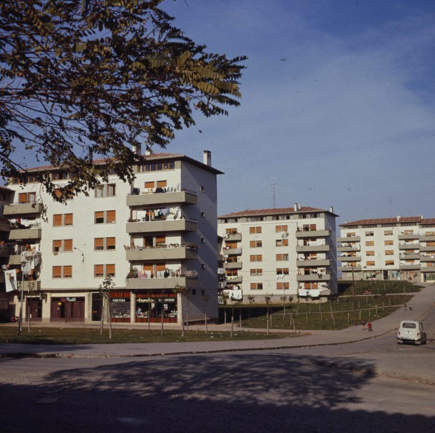 Aspecto de los edificios construidos en la segunda fase del barrio en 1970. Fondo Fundación Sancho el Sabio.