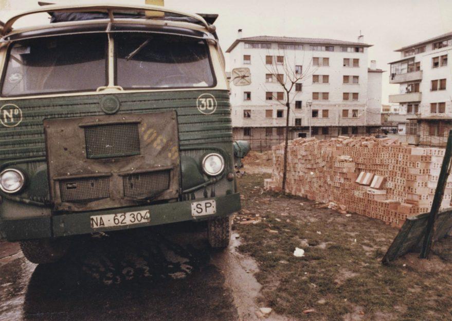 Las fachadas de los edificios de la segunda fase del barrio tuvieron que ser restauradas en su totalidad a los pocos años de su construcción en 1978. Fondo Fundación Sancho el Sabio.