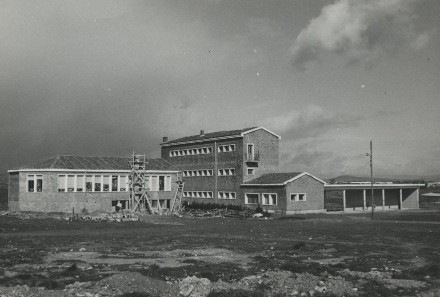 Aspecto de las obras de ampliación del colegio de Abetxuko en 1965. Fondo Fundación Sancho el Sabio.