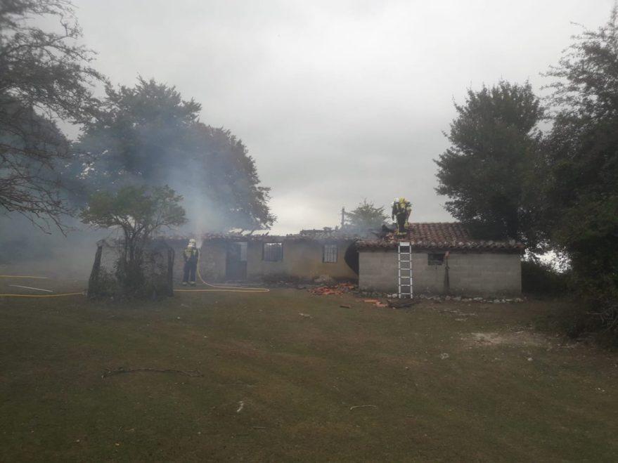 Incendio en Opakua (@BomberosAraba)