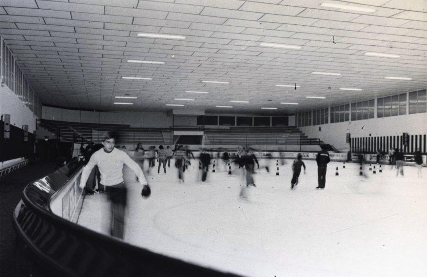 Pista de hielo en 1975. Fondo Fundación Sancho el Sabio.