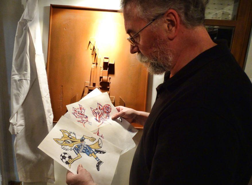 Iñaki González-Oribe con los dibujos del Zorro Babazorro