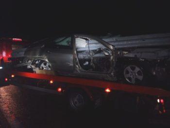 Un quitamiedos atraviesa por completo un vehículo sin causar heridos