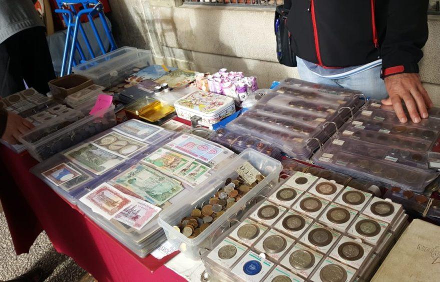 Mercado coleccionismo Puesto de monedas, billetes y lotería