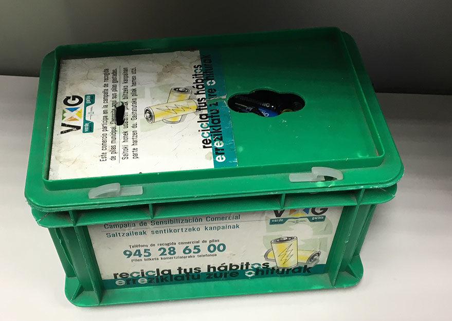 contenedor reciclaje pilas centro civico