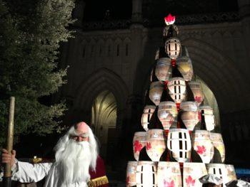 Vitoria-Gasteiz estrena un gran árbol de Navidad hecho con barricas
