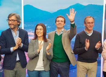 Iñaki Oyarzabal, candidato del PP a la Diputación, junto a la candidata en Vitoria a la alcaldía Leticia Comerón, a Pablo Casado y Alfonso ALonso