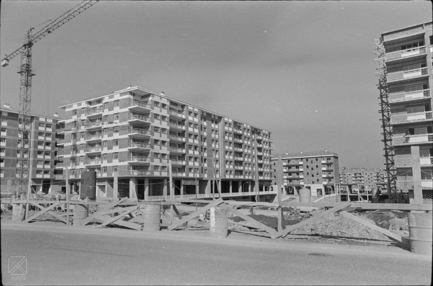 Aspecto de los edificios en construcción desde la avenida de Santiago en 1968. ARQUÉ. Archivo Municipal de Vitoria-Gasteiz.