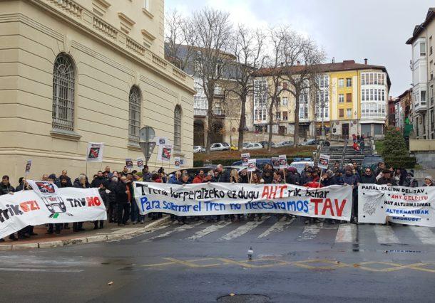 Un centenar de personas protestan contra la alta velocidad