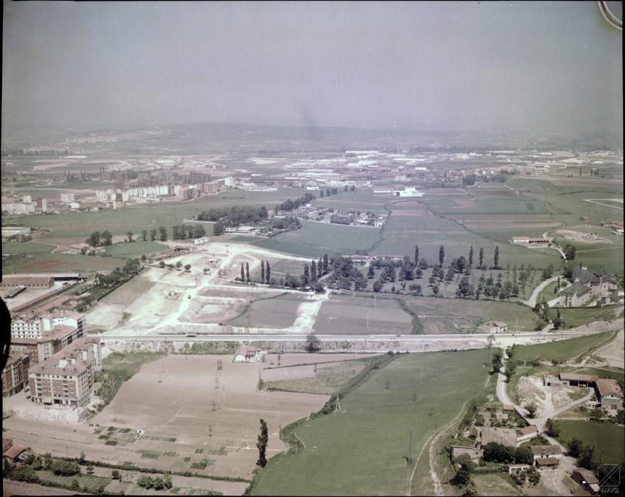 Vista aérea del inicio de las obras de urbanización del barrio en 1965 en la que se aprecia la casona de los Isunza en un extremo del campo de Arana. FOAT. Archivo Municipal de Vitoria-Gasteiz.