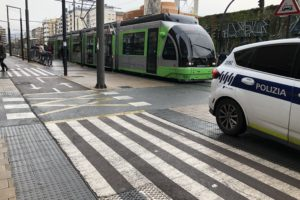 Una menor herida al colisionar con el tranvía en la Avenida Gasteiz