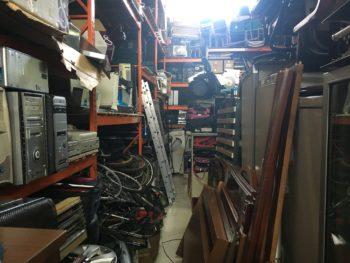 FOTOS: Policía Local descubre en un pabellón una tienda ilegal de segunda mano