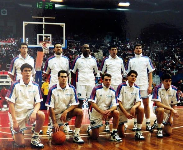 Foto:Plantilla del Taugrés Baskonia que disputó la Final de la Recopa de Europa en 1994
