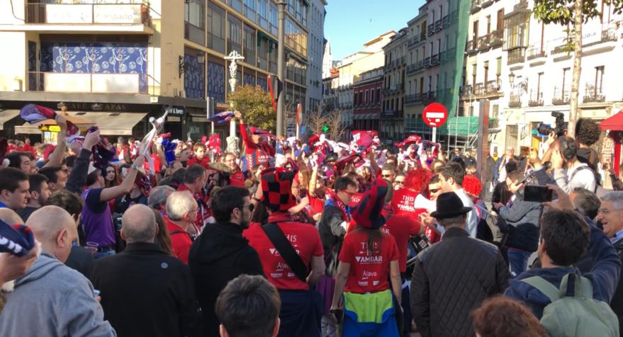 Los baskonistas calientan la Copa del Rey antes del debut del Baskonia