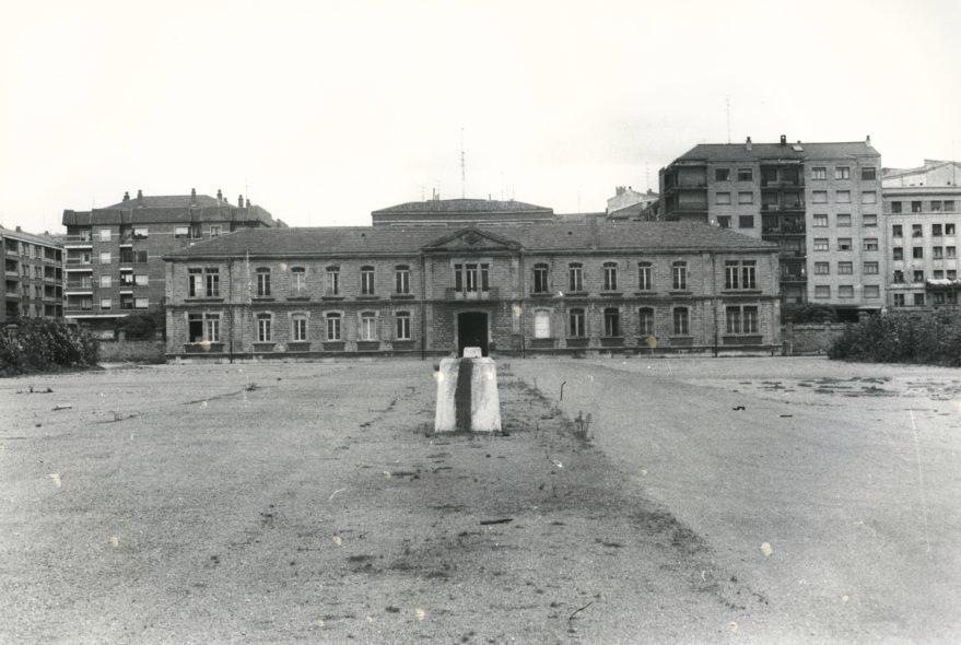 Aspecto de los cuarteles de Sancho el Sabio antes de su derribo en 1977. Fondo Fundación Sancho el Sabio.