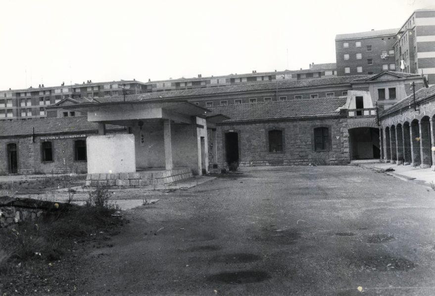 Cuarteles de Sancho el Sabio en 1977. Al fondo edificios del barrio de Arana. Fondo Fundación Sancho el Sabio.