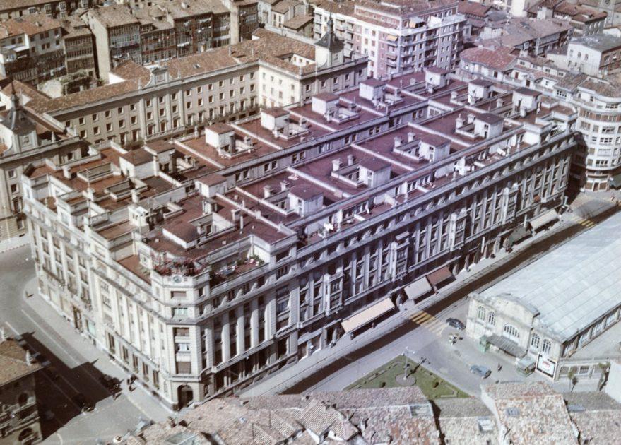 Vista de la manzana de la Caja de Ahorros Municipal y edificios oficiales de la calle Olaguibel en 1962. En el lado derecho de la fotografía se aprecia el antiguo mercado de abastos. Fondo Fundación Sancho el Sabio.