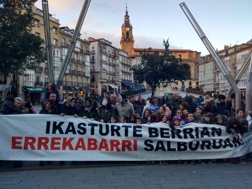 Las familias de Errekabarri piden al Gobierno Vasco no prolongar su exilio en Zaramaga