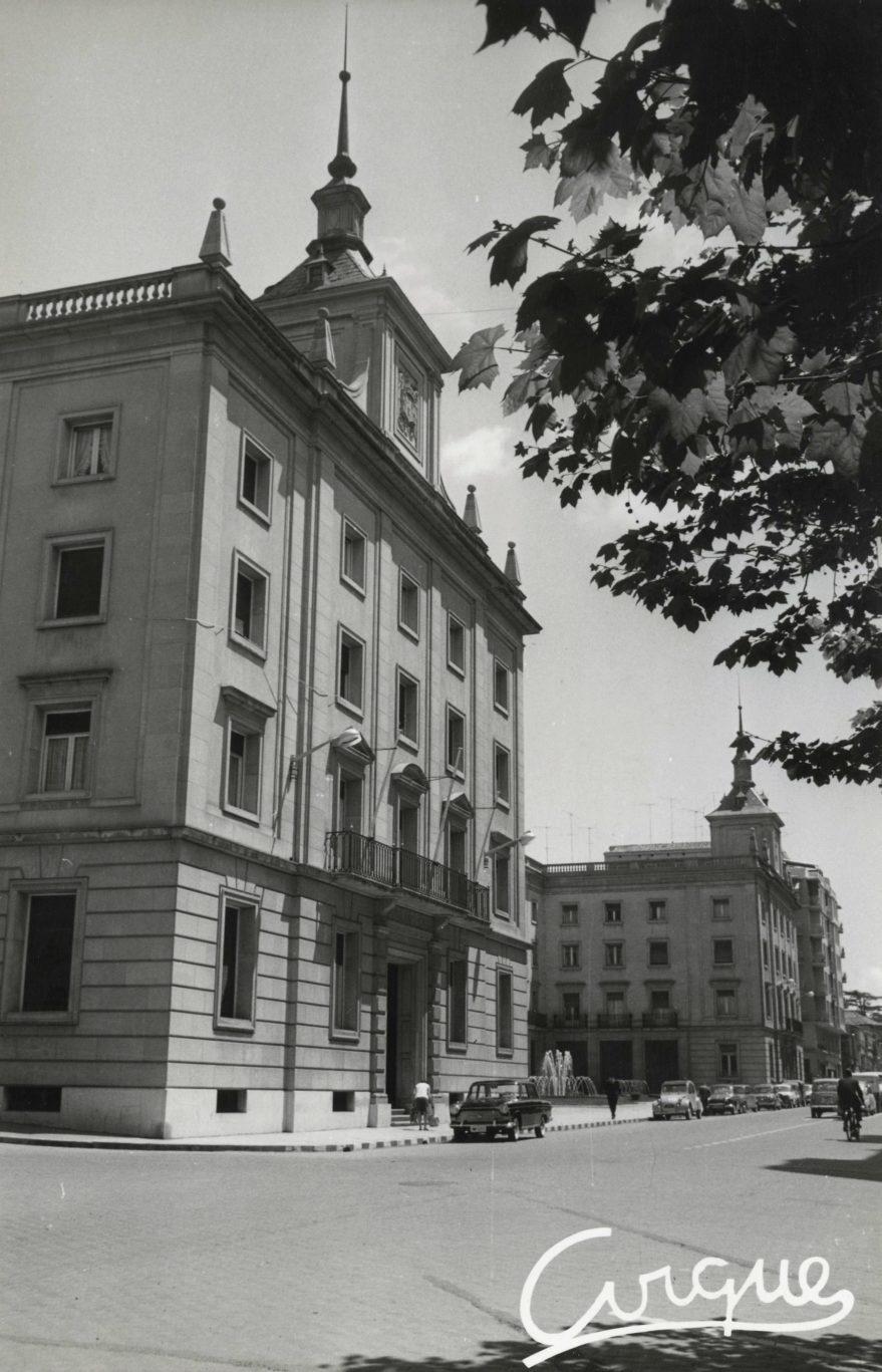 Vista de la actual Subdelegación del Gobierno en primer plano y en segundo el antiguo edificio de los juzgados, actualmente abandonado en 1964. Fondo Fundación Sancho el Sabio.