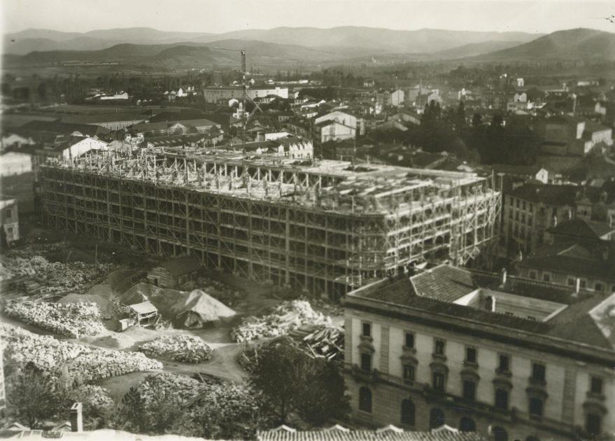 Construcción de la manzana de la Caja de Ahorros Municipal a principios de los años treinta. Fondo Fundación Sancho el Sabio.