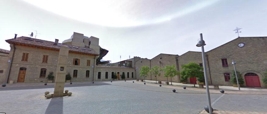 Bodega Marqués de Riscal: edificio original y, al fondo, obra de Frank Gehry