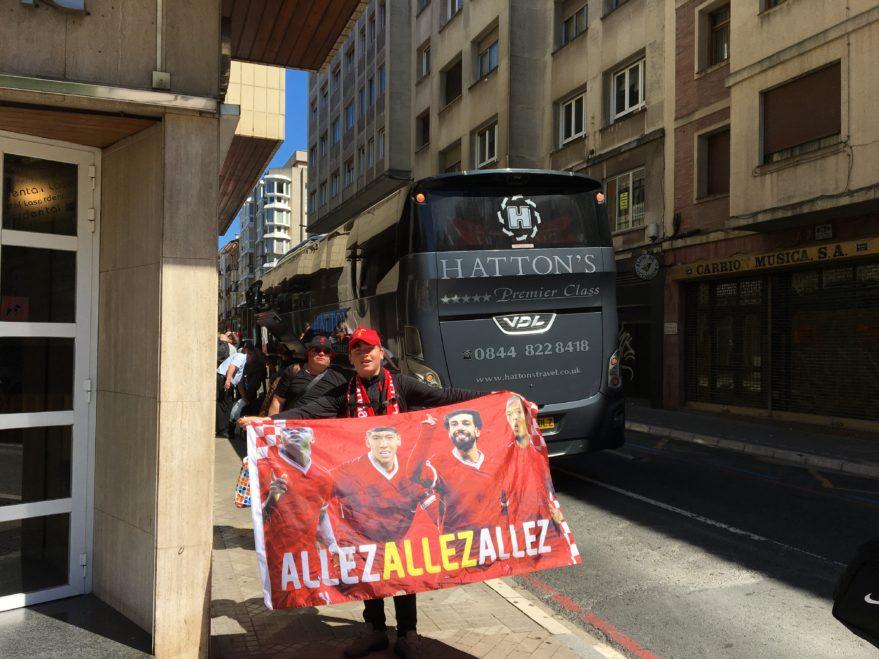 Aficionados del Liverpool bajan del bus en Manuel Iradier