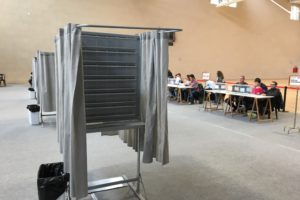 Cabinas electorales vacías porque no caben todas las papeletas