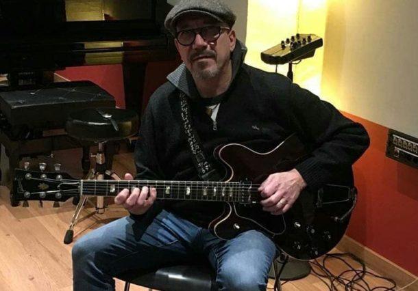 El guitarrista de Santiago Auserón recupera su guitarra