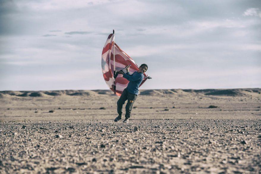 Fotografía de la exposición 'En pie entre el polvo y la arena'