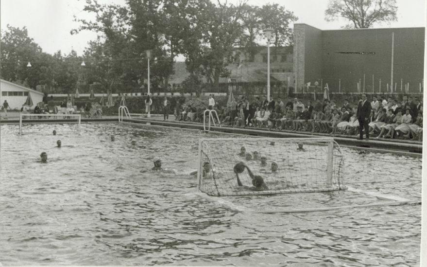 Competición de waterpolo celebrada a principios de la década de los sesenta. Fondo Arabadok, ATHA.