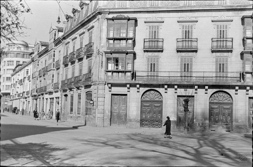 Casa de la familia Zulueta antes de ser derribada para la construcción de la sede de la Caja de Ahorros Provicnial en la calle Independencia-Fueros. AMVG-ARQUÉ-11-03-1956.