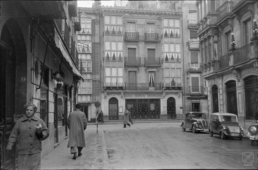 Edificio del Banco Hispano Americano desaparecido con la apertura de la prolongación de la calle General Álava. AMVG-ARQUÉ-04-07-1958.