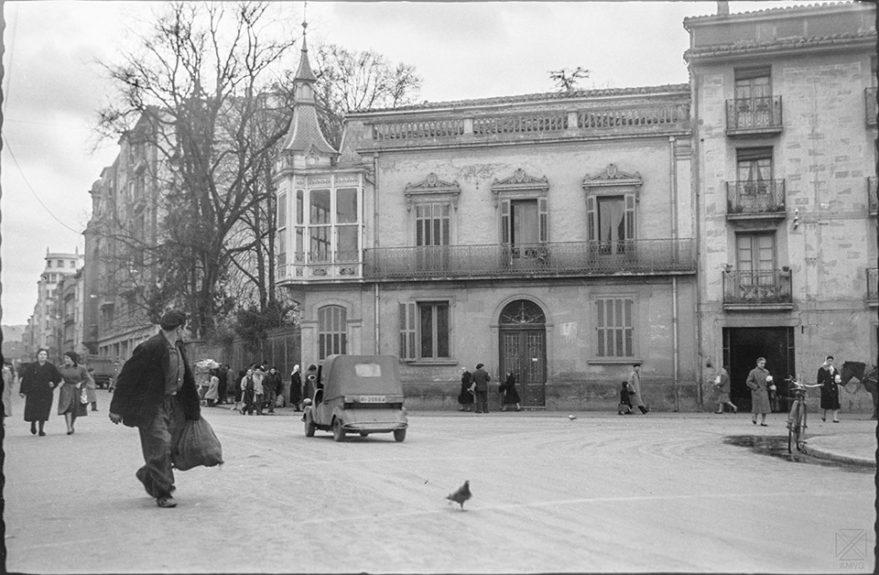 Casa y jardín de la familia Ortiz de Zúñiga en la esquina entre las calles Indepenendencia y Fueros antes de su demolición para abrir la calle General Álava. AMVG-ARQUÉ 12-11-1958.