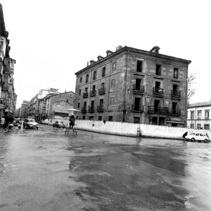 Edificio de la antigua aduana, Capitanía General y Casino Artista Vitoriano durante su demolición. ATHA-Schommer-1968-03-18.