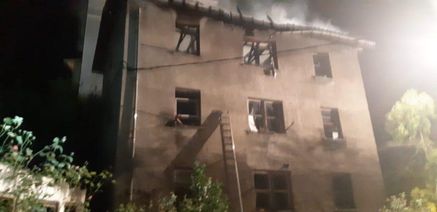 Incendio en un edificio de viviendas en Areta (Llodio) @bomberosaraba