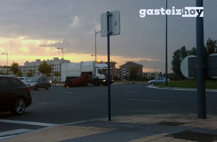 coche volcado avenida zabalgana