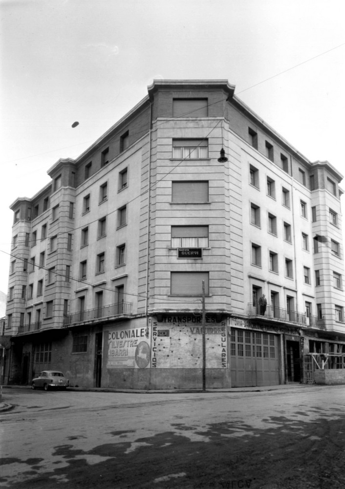 Edificio de viviendas construido sobre antiguos talleres entre las calles Francia y Libertad. Fondo Schommer. ATHA.