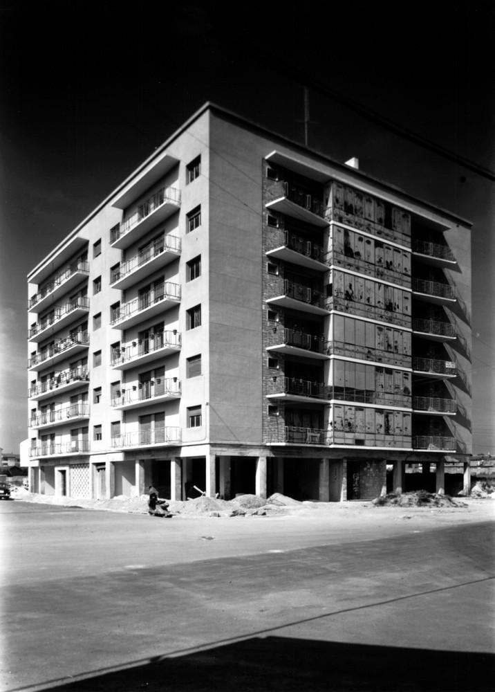 Aspecto del edificio recién construido en la confluencia entre las calles Florida y Pío XII hacia 1958. Obra del arquitecto Ignacio Lasquibar. Fondo Schommer. ATHA.