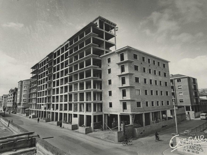 Proyecto definitivo de viviendas promovido por la Caja de Ahorros Municipal durante su construcción en 1962. Fondo Fundación Sancho el Sabio.