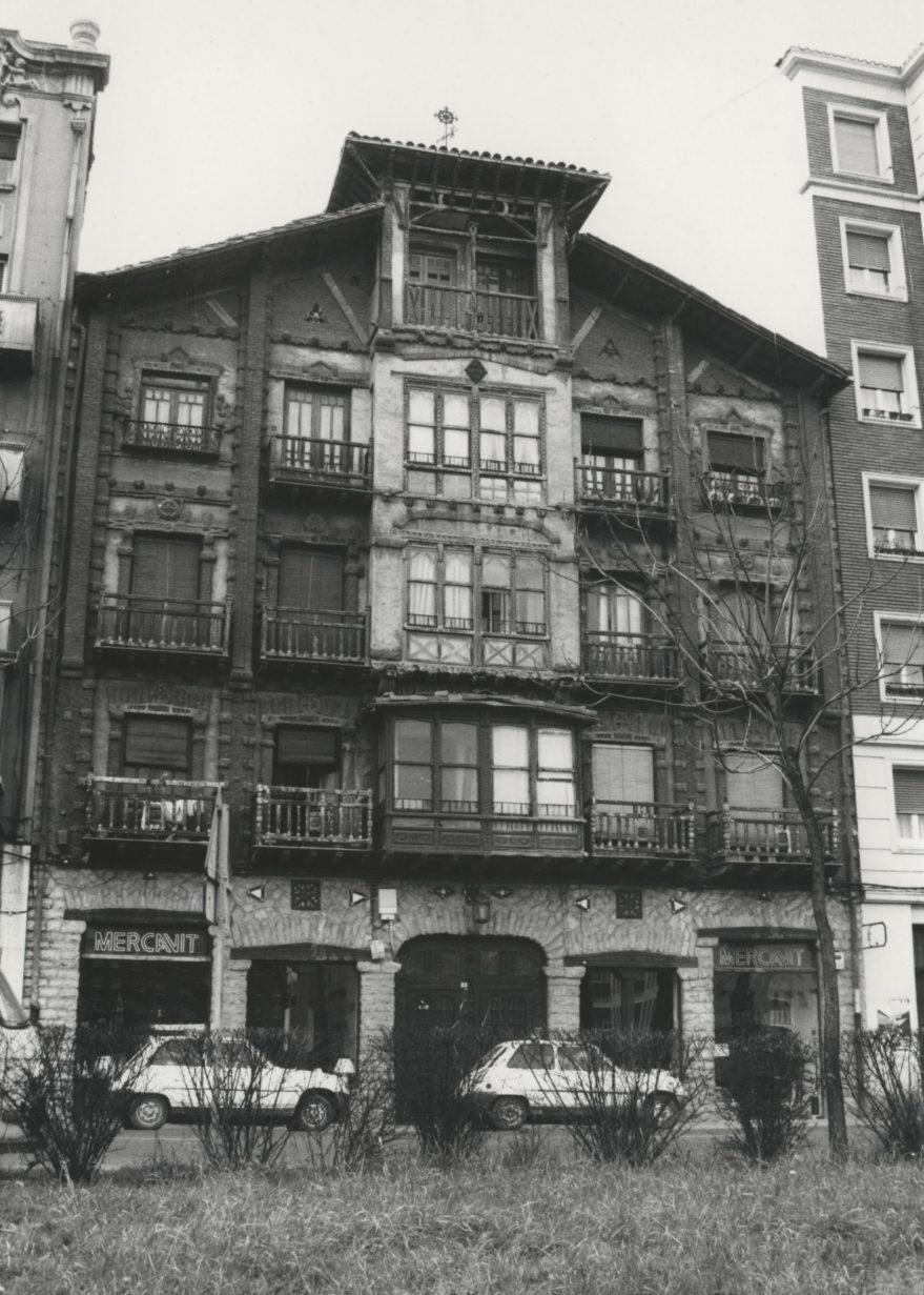 Casa Goicoechea en la calle Los Herrán, uno de los primeros ejemplos de arquitectura regionalista de la ciudad construida en 1993. Fondo Fundación Sancho el Sabio.