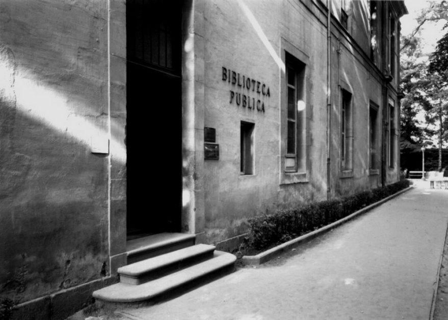 Entrada de la antigua biblioteca pública en el edificio del actual Parlamento Vasco. ATHA.
