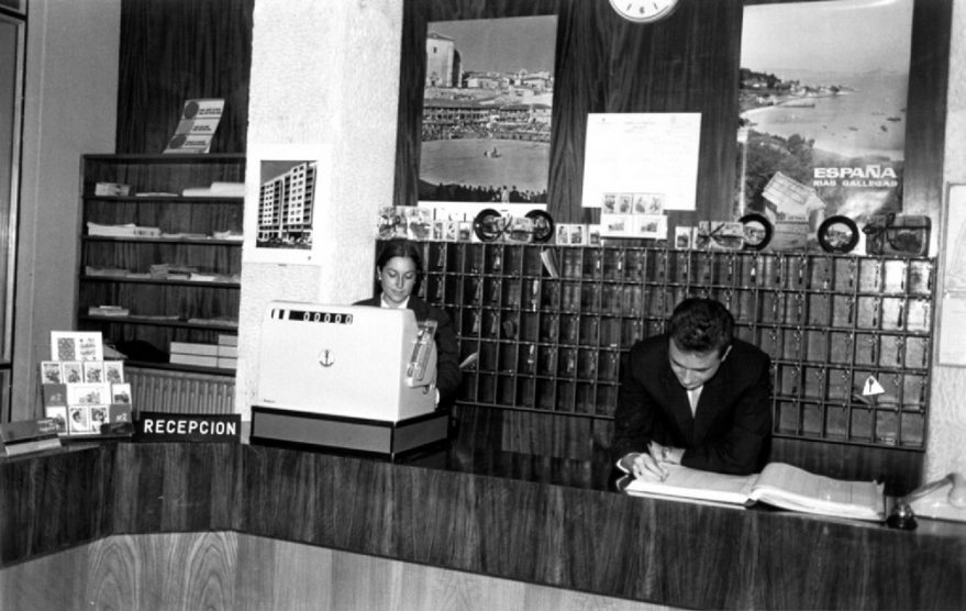 Recepción del hotel General Álava en los años sesenta. ATHA.